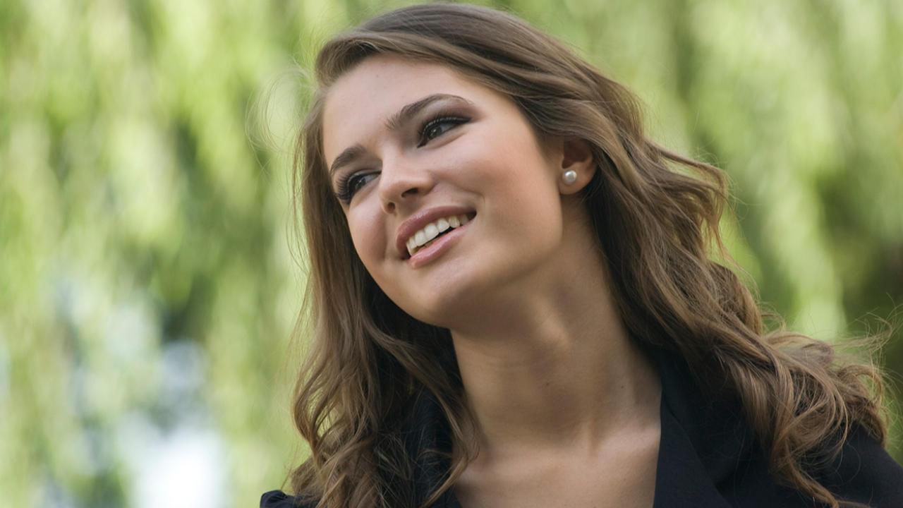 jovem mulher sorrindo