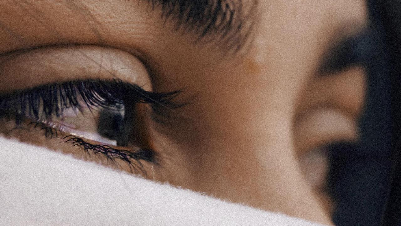 rosto de mulher chorando, destacando apenas os olhos